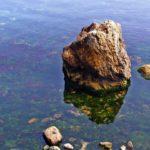 Большой камень и каменистое дно