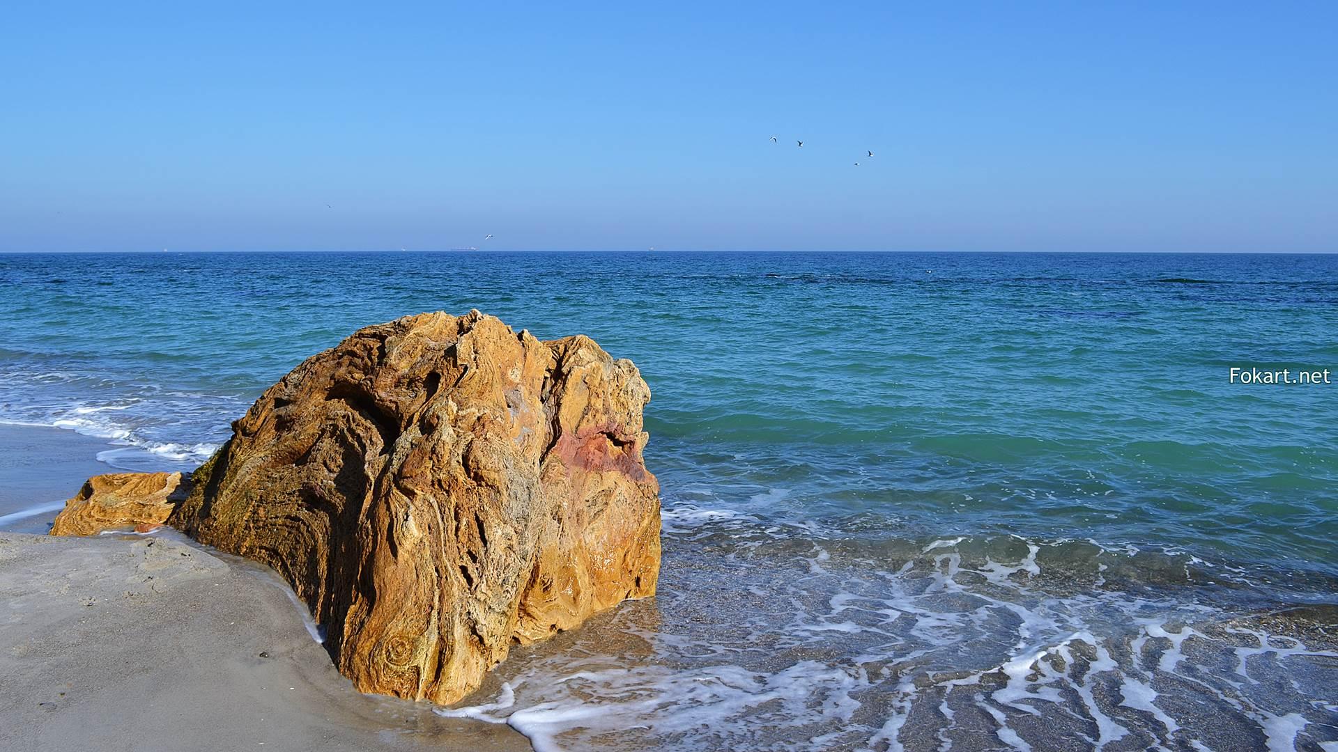 Большой камень у моря