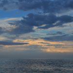 Вечернее небо над гладью моря перед закатом