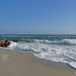 Чёрное море в теплом декабре. Камни у берега и пенные волны