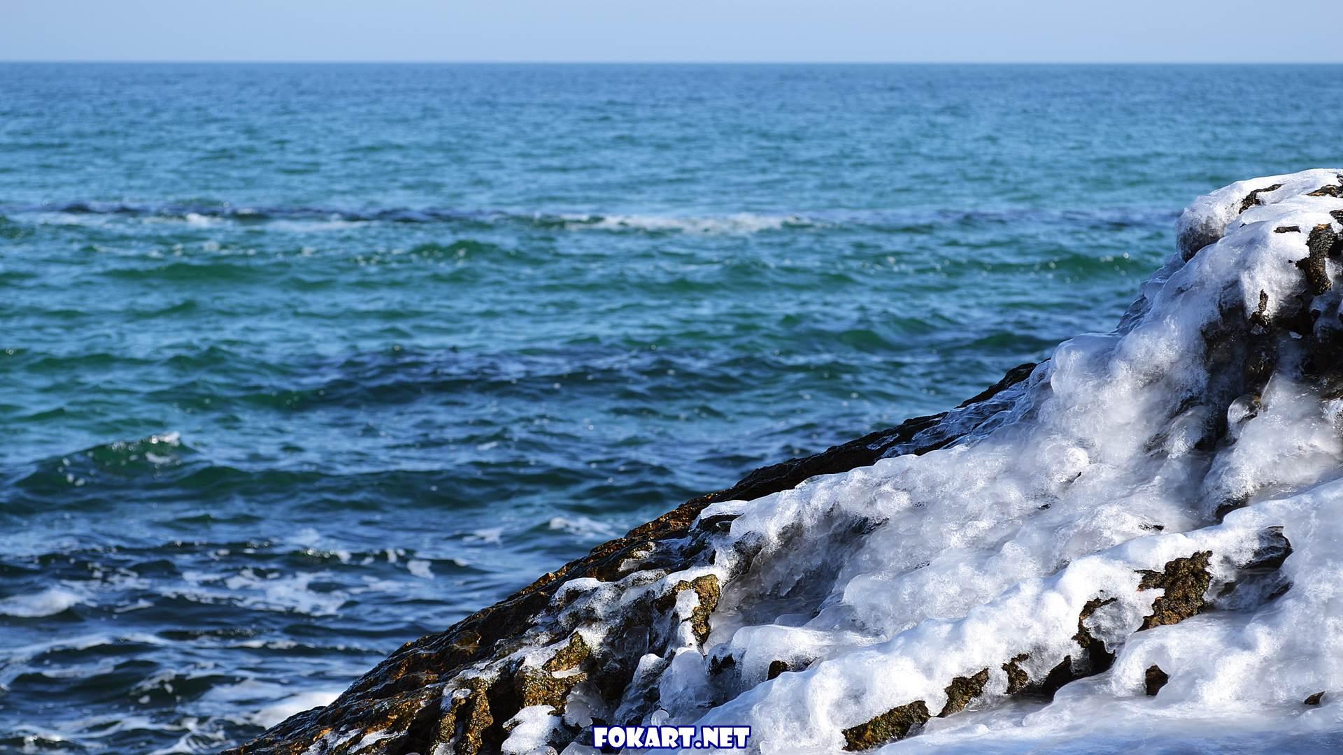 Обледеневший камень и море