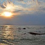Солнце над морем ранним утром