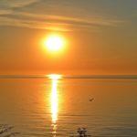 Оранжевый восход солнца над морем.