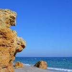 Жёлтая скала, камни и море