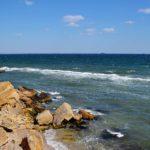 Скалистые камни и море