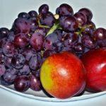 Виноград и нектарины на тарелке