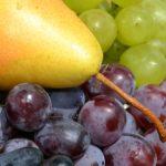 Жёлтая груша и виноград крупным планом