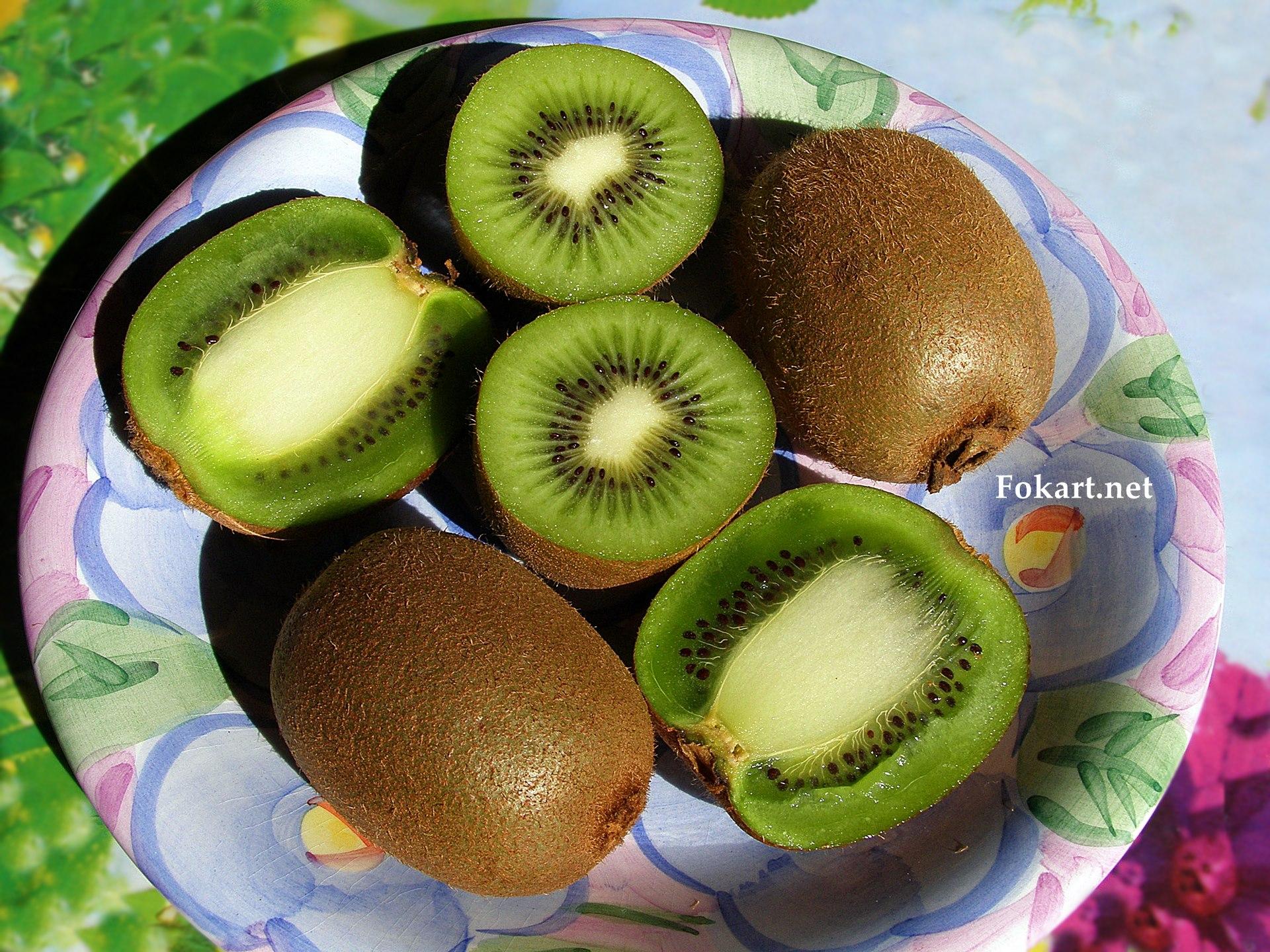 Плоды киви на цветной тарелке