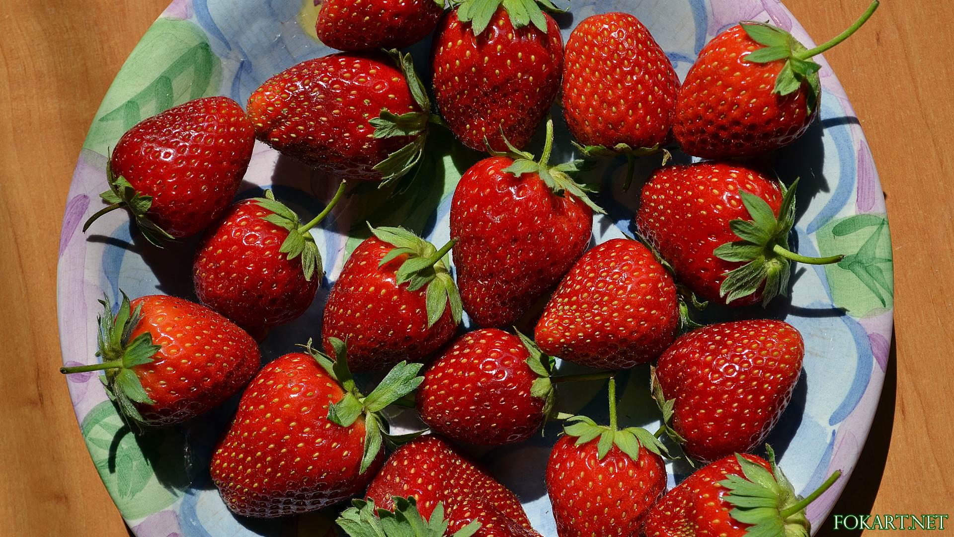 Тарелка с ягодами клубники