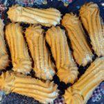 Песочное печенье на стеклянном блюде