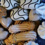 Пряники в глазури, пряники-сердечки, сахарное печенье и безе.