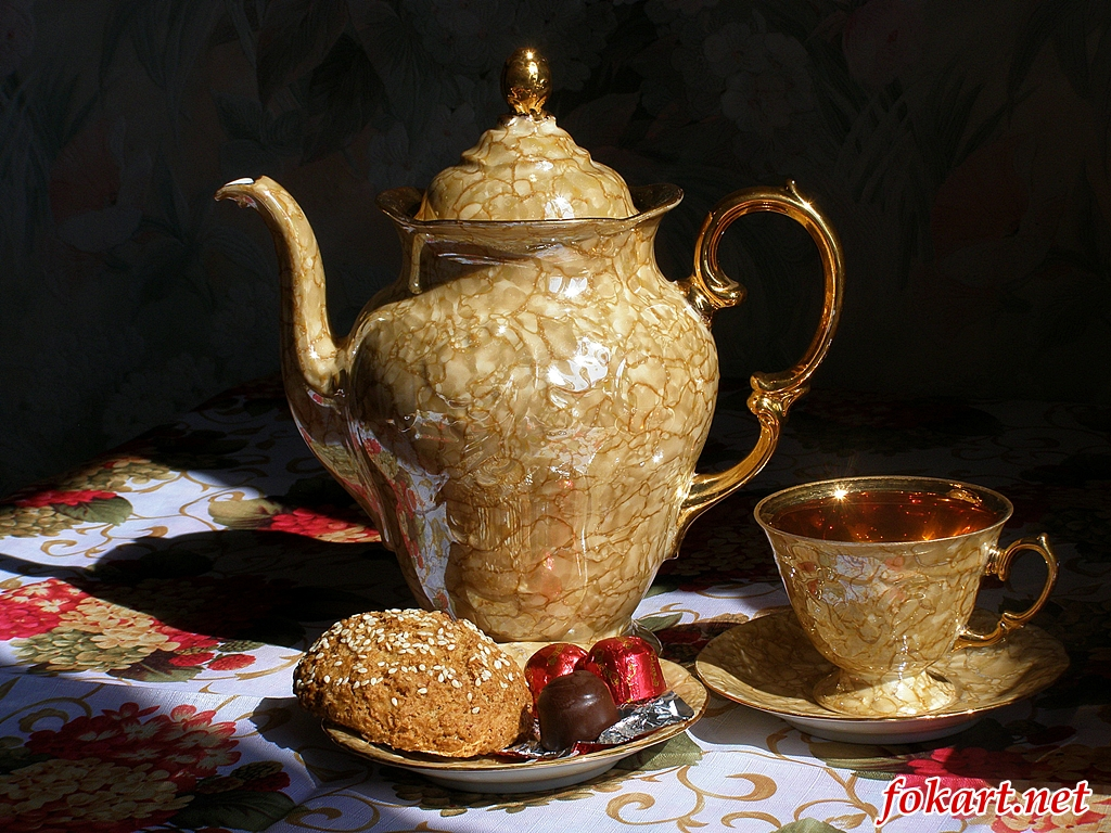 Чайник и чашка чая, конфеты
