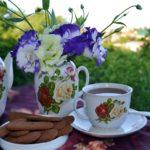 Вечерний чай с шоколадным печеньем из чайного сервиза с розами