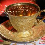 Золотистая чашка чая в утреннем освещении