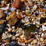 Морские камешки после отхода волны.
