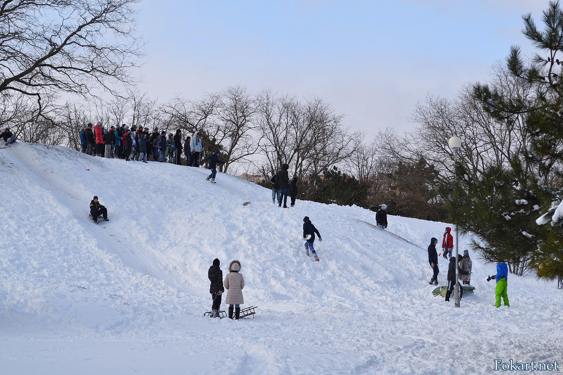 Дети на зимней горке в парке