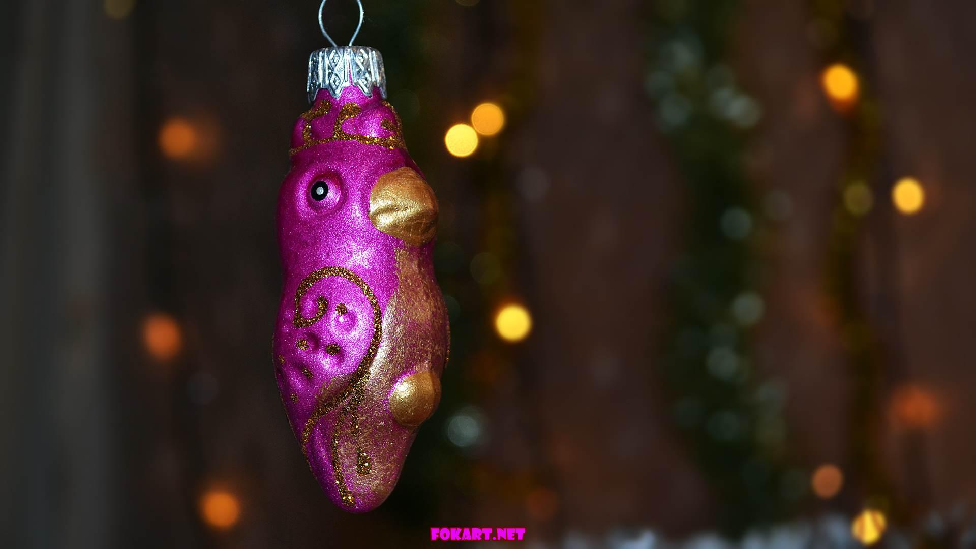 Новогодние фото-обои - Лиловый попугай. Ёлочная игрушка.