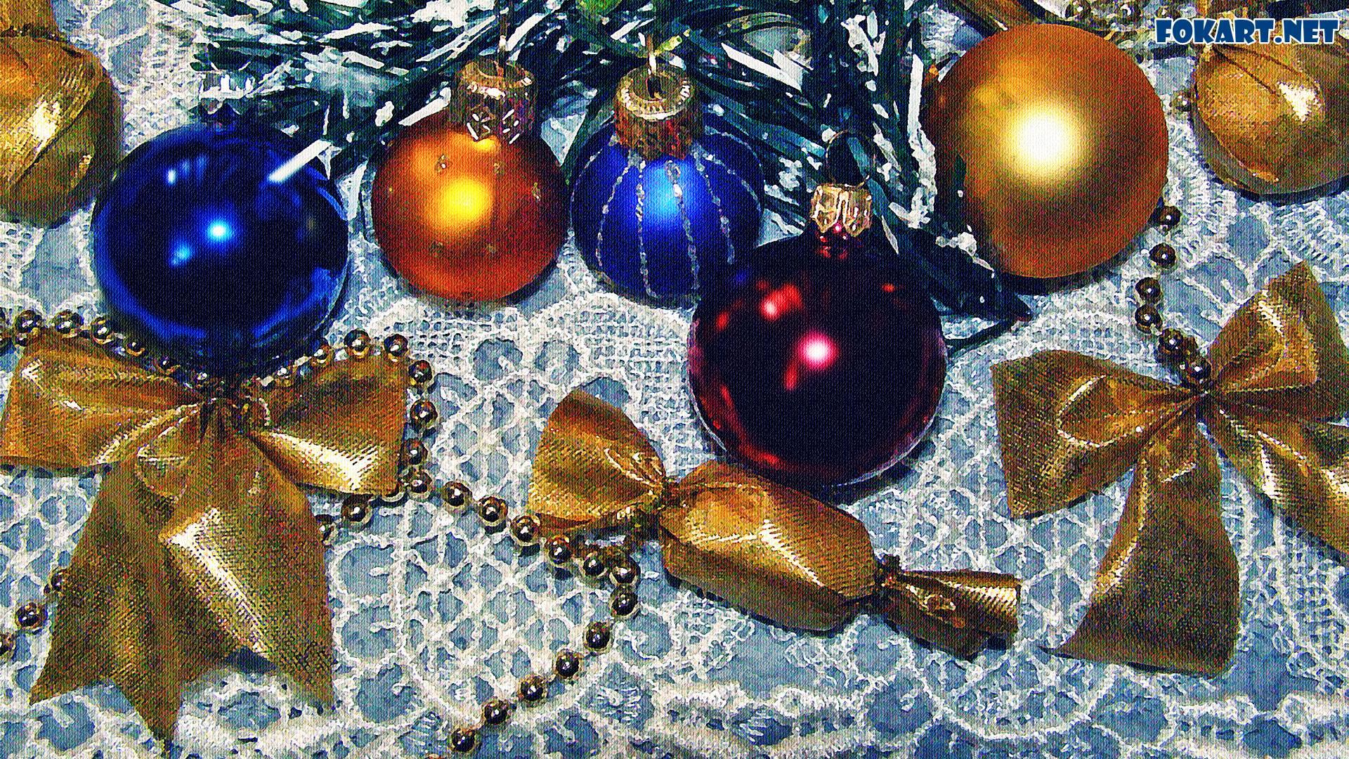 Новогодние шарики и бантики на старинной кружевной скатерти