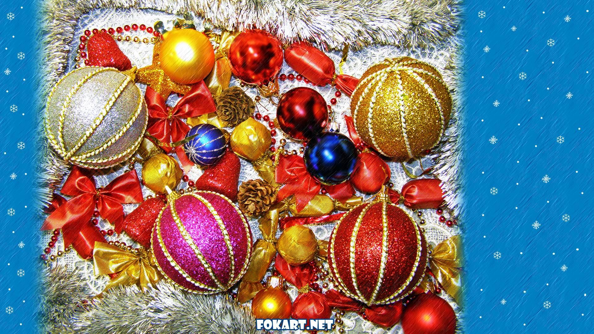 Новогодние яркие шарики и бантики и фон со снежинками