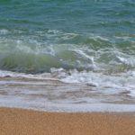 Накат волны. Момент падения волны на берег.