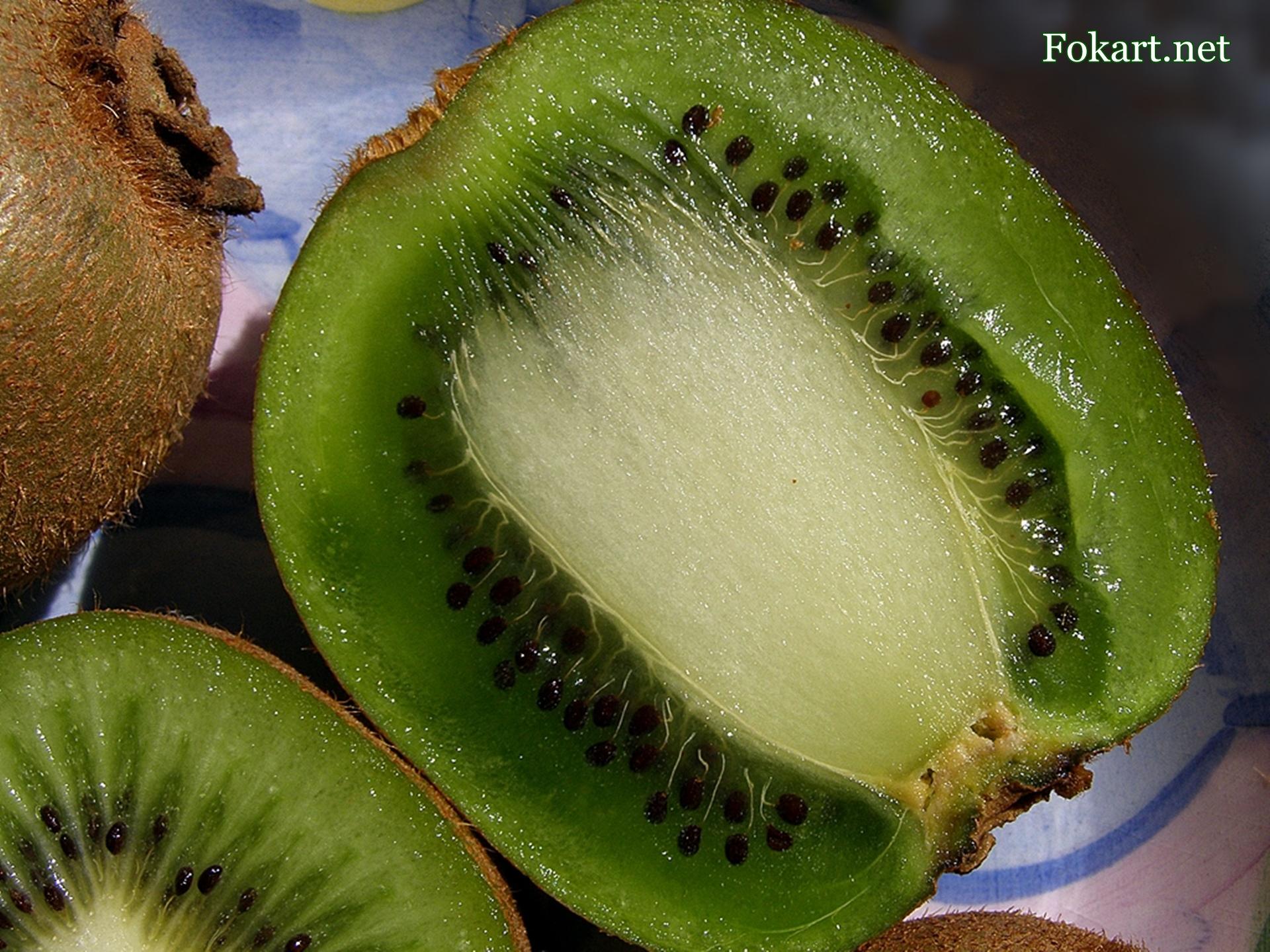 Актинидия деликатесная (Actinidia deliciosa), продольный срез киви крупным планом