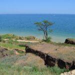 Обвалы грунта у моря в результате оползней. Санжейка